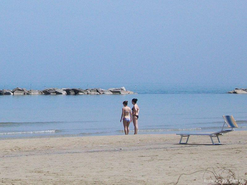 Gente in spiaggia (foto d'archivio)