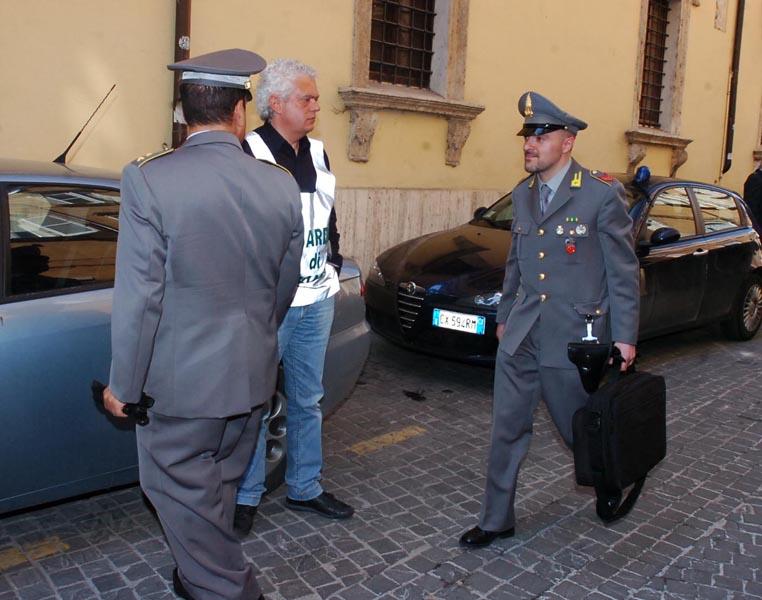 Militari davanti al Comando provinciale della Guardia di Finanza ad Ascoli (foto d'archivio)