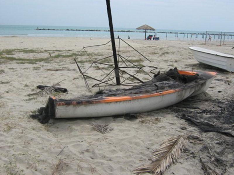 Barche bruciate sulla spiaggia di Villa Rosa