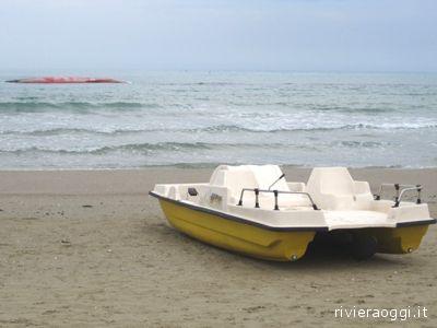 Il pedalò utilizzato per il salvataggio dell'equipaggio dell'imbarcazione Iris, visibile sullo sfondo, in mare, ribaltata
