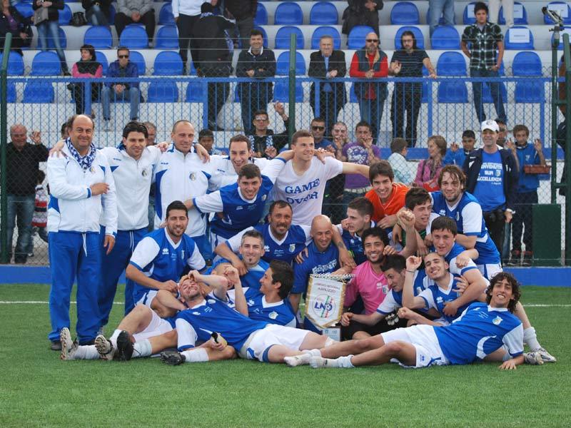 I giocatori del Martinsicuro con il Trofeo Mancini