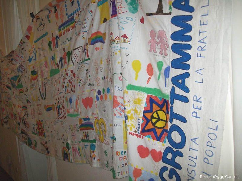 La bandiera della pace costruita dai nostri figli