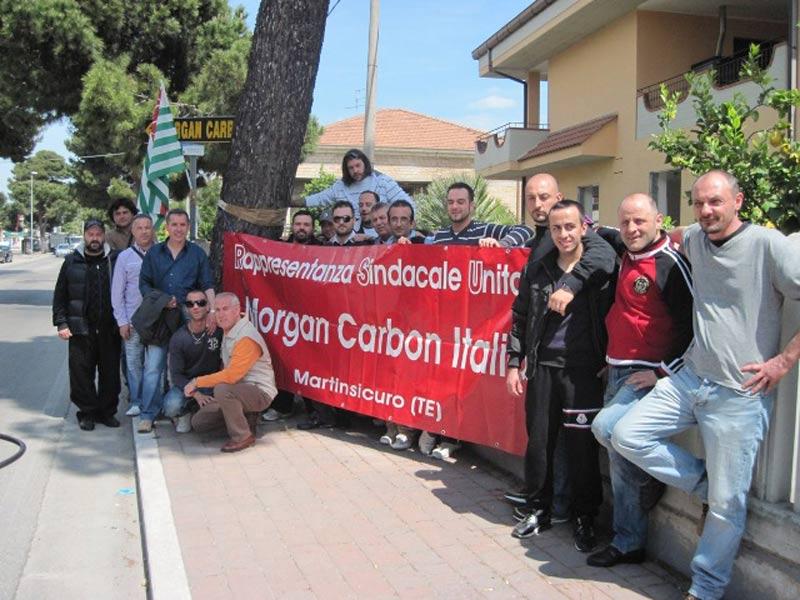 I dipendenti della Morgan Carbon in sciopero presidiano i cancelli dell'azienda