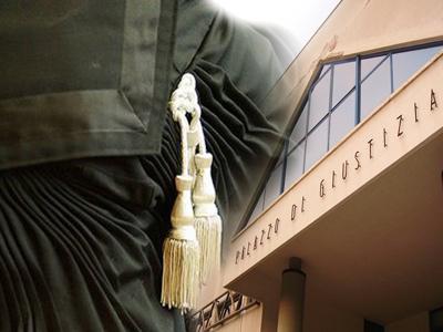 Toga sullo sfondo del Palazzo di Giustizia di San benedetto del Tronto