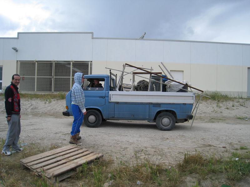 I pescatori sgomberano le attrezzature dal porticciolo
