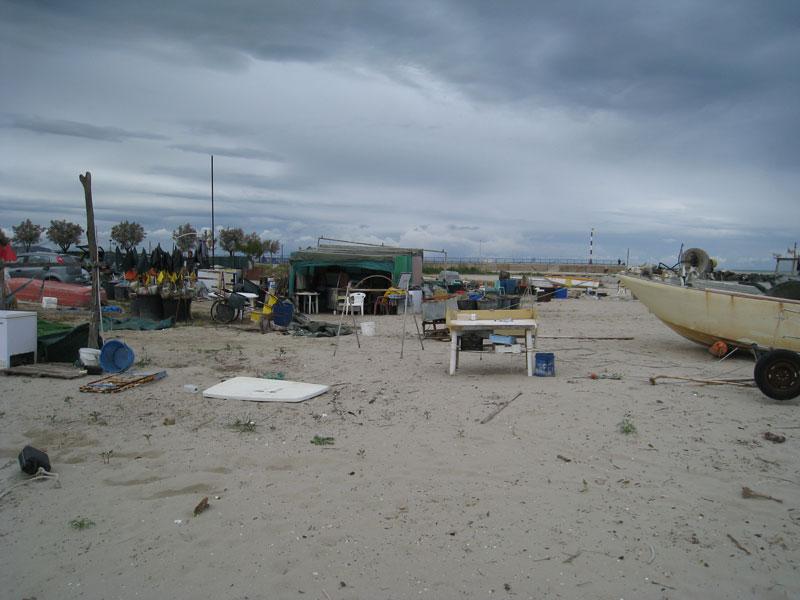I pescatori sgomberano la spiaggia dalle attrezzature