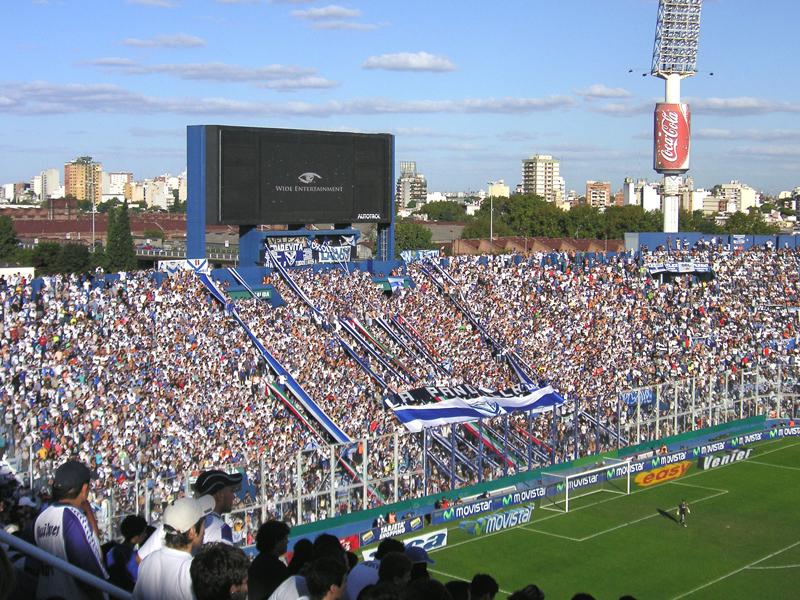 Lo stadio Josè Amalfitani di Buenos Aires con i tifosi del Velez Sarsfield, squadra dove esordì l'attaccante Santiago Bianchi