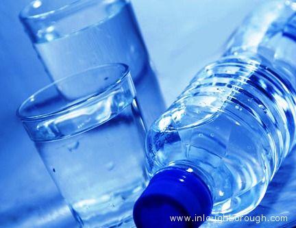 Acqua in bottiglia.
