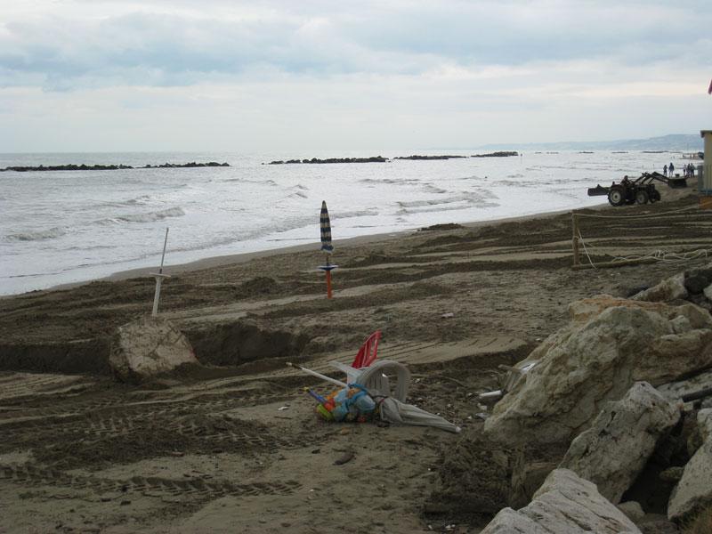 Un tratto di spiaggia a Martinsicuro nord dopo il maltempo dei giorni scorsi