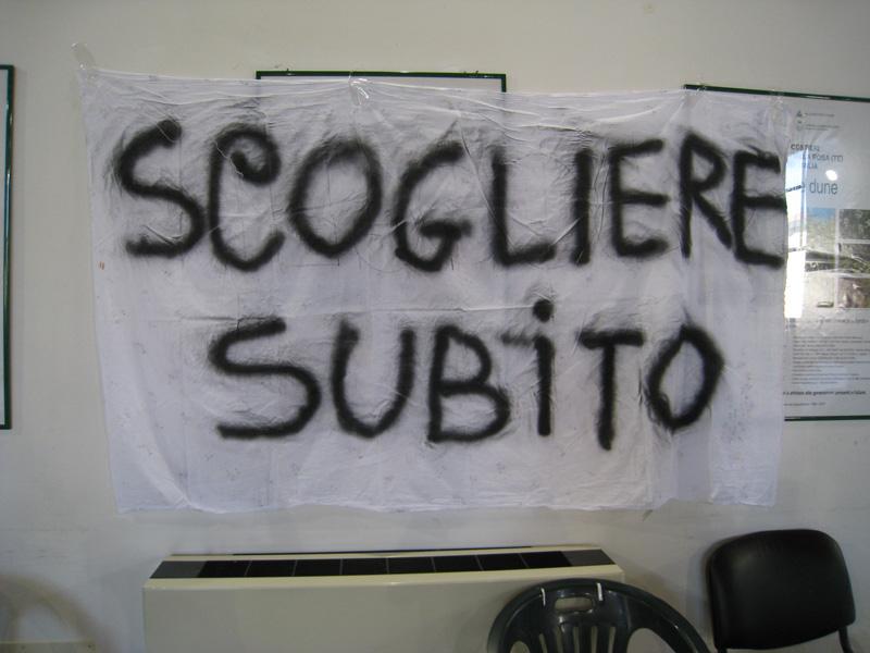 Uno dei manifesti affissi nella sala consiliare di Martinsicuro