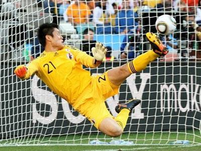 Il portiere giapponese Kawashima guarda entrare il tiro di Sneijder: grave il suo errore (foto da fifa.com)