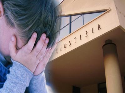 Bambino che piange sullo sfondo del Palazzo di Giustizia di San Benedetto del Tronto