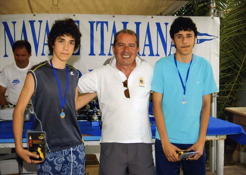 Il consigliere Mario Malizia della Lega Navale Italiana di San Benedetto del Tronto premia Rosati e Marchetti