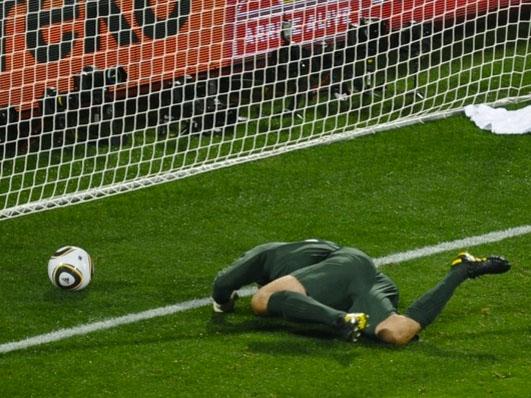 Il portiere dell'Inghilterra Robert Green guarda il pallone entrare in porta dopo l'incredibile