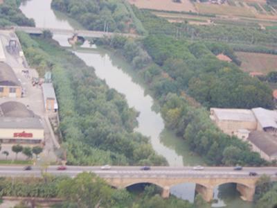 Il fiume Tronto. In secondo piano il ponte della ferrovia