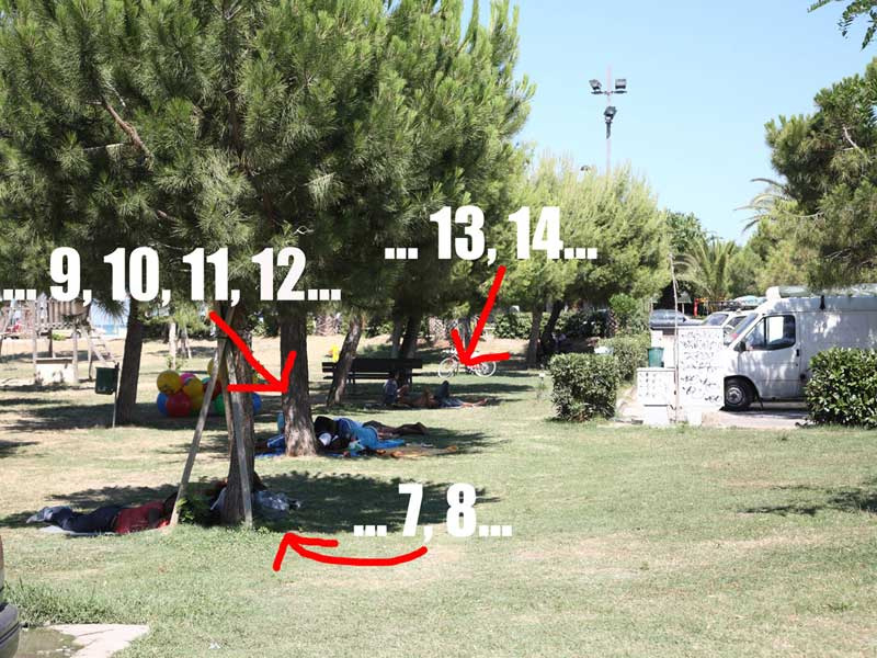 Persone che si riposano all'ombra nel parco giochi di via della Porta a Villa Rosa (foto www.martinsicurocittattiva.net)