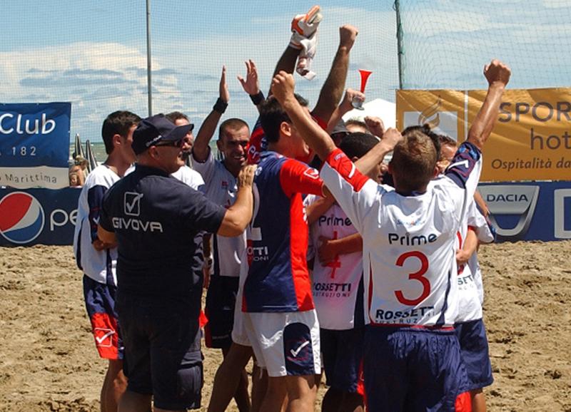 Appena sconfitta la corazzata Milano, i giocatori della Samb Beach Soccer si concedono un'esultanza da ricordare