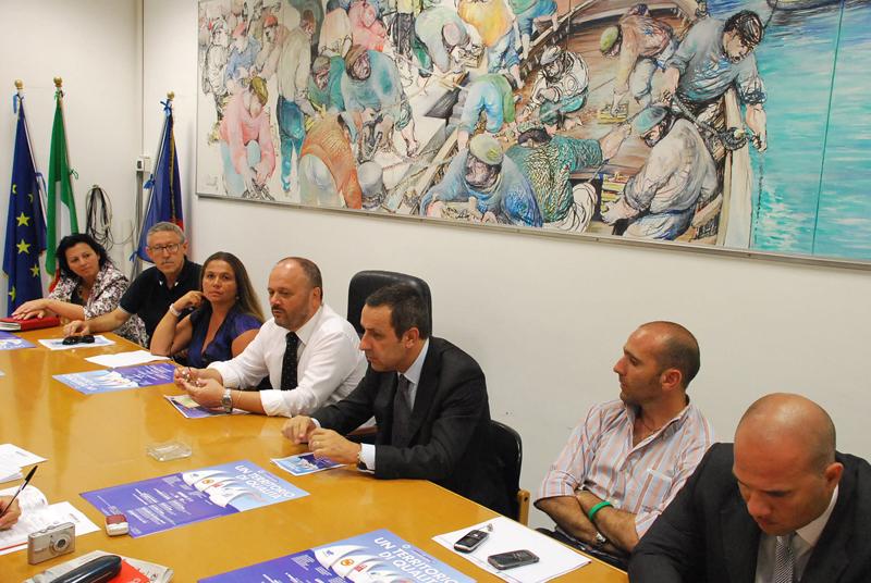 Il sindaco Gaspari con il nuovo direttore della Carisap Cipriani, sindaci e assessori del territorio