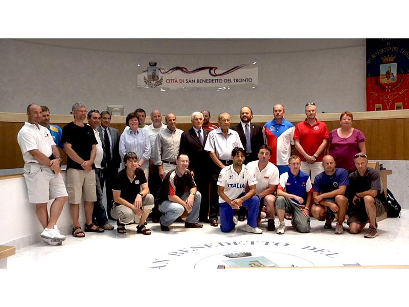 28 luglio 2010: foto di gruppo in Comune per i delegati delle nazioni che partecipano agli Europei di Pattinaggio a San Benedetto del Tronto