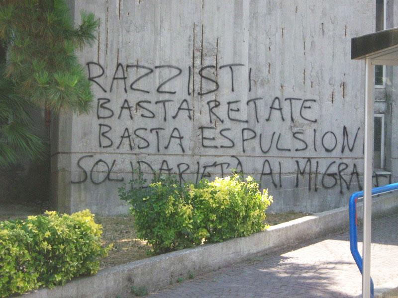 La scritta di protesta comparsa sul muro del Comune di Martinsicuro