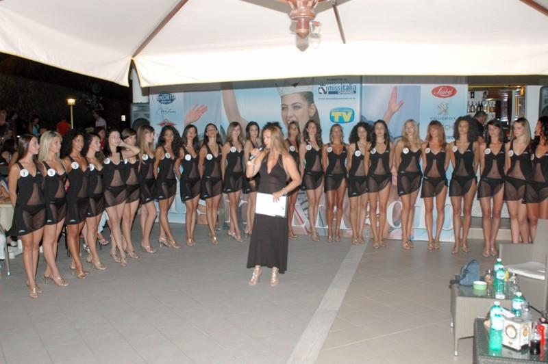 Le 24 concorrenti della selezione di Miss Italia al Club 23
