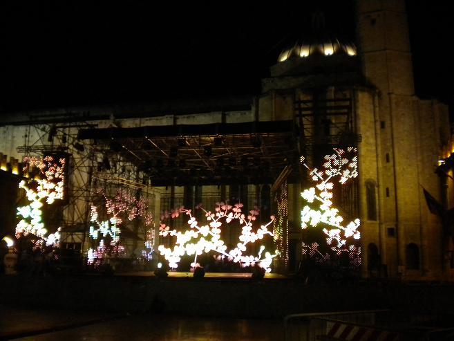 Giochi di luce sul palco già montao dalla sera prima