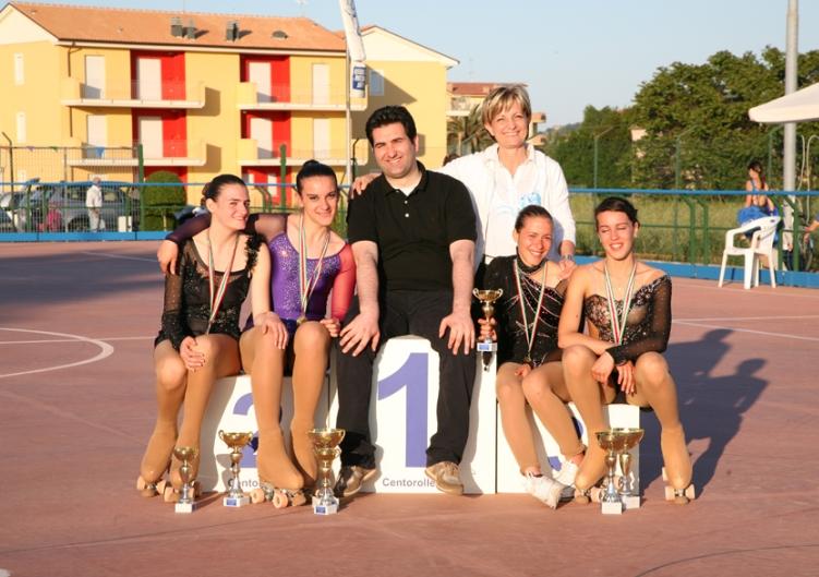 Il sindaco Stefano Stracci con le atlete della