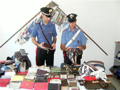 Carabinieri mostrano materiale proveniente dal commercio abusivo