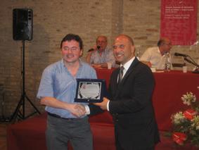 Nino Grasso vincitore della quinta edizione del premio letterario Joyce Lussu premiato dal sindaco di Offida Valerio Lucciarini