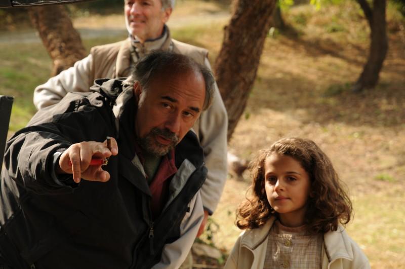 Il regista Giorgio Diritti con la piccola Greta Zuccheri Montanari sul set de