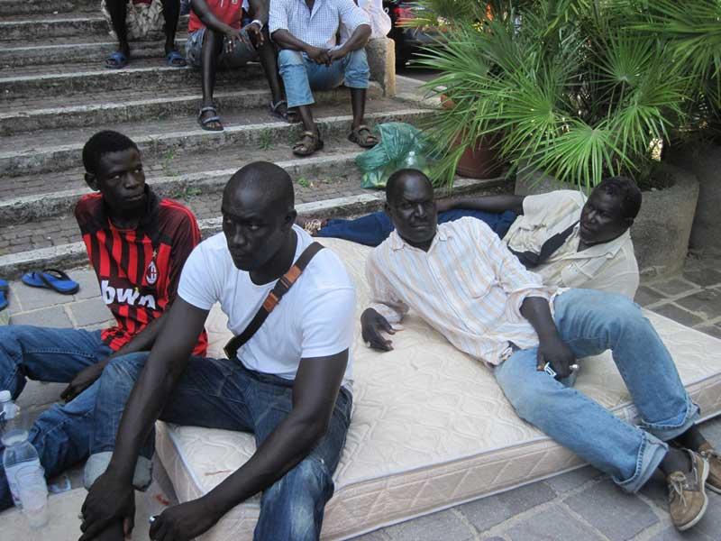 La protesta degli immigrati davanti al Comune dopo il sequestro degli appartamenti nel quartiere Tronto