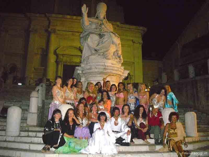 Le ballerine del Centro Asani posano per una foto ricordo in Piazza del Papa, ad Ancona