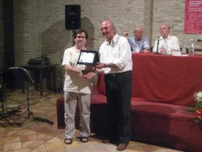 Giulio Mozzi premiato da Giampiero Casagrande come secondo classificato al premio letterario Joyce Lussu 2010