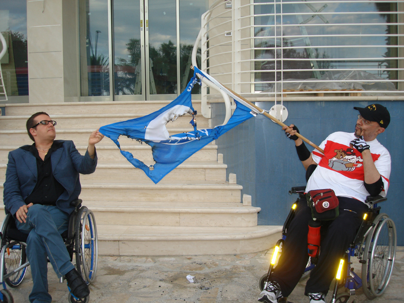 Jonni Perozzi e Peppe Greco bruciano bandiera blu in segno di protesta contro le barriere architettoniche