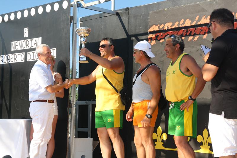 I vogatori di Campo Casone ricevono dal dottor Emanuele Dionisi la coppa del Trofeo, presso il Camping Rivanuova