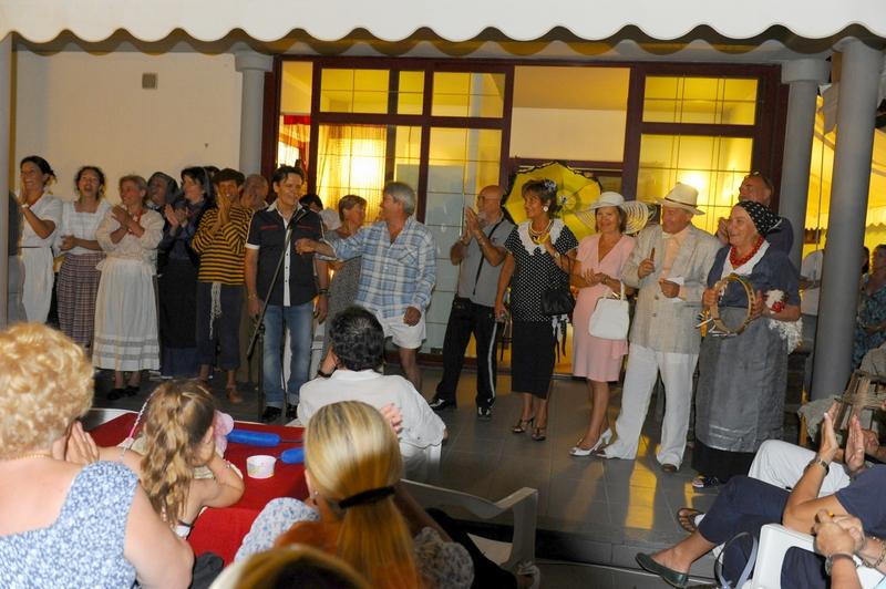 Applausi per la Ribalta Picena al termine dell'esibizione allo chalet Stella Marina