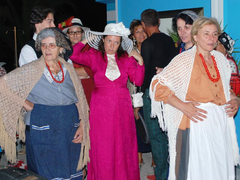 Gli attori della compagnia Ribalta Picena durante Vernacolando sulla spiaggia