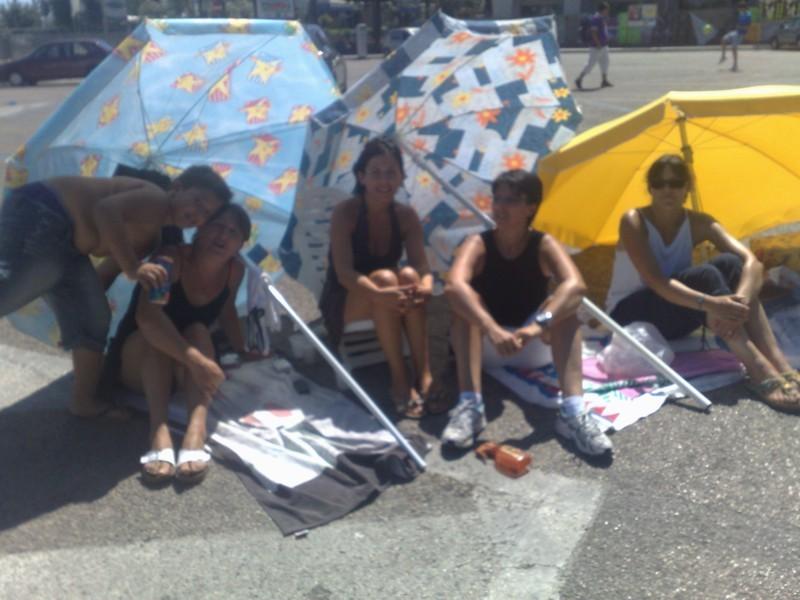 Alcuni esponenti del comitato Genitori dell'Alberghiero durante la protesta con gli ombrelloni