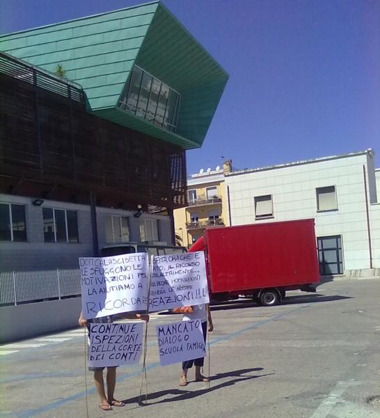 I cartelli esposti da alcuni appartenenti al Comitato Genitori dell'Alberghiero