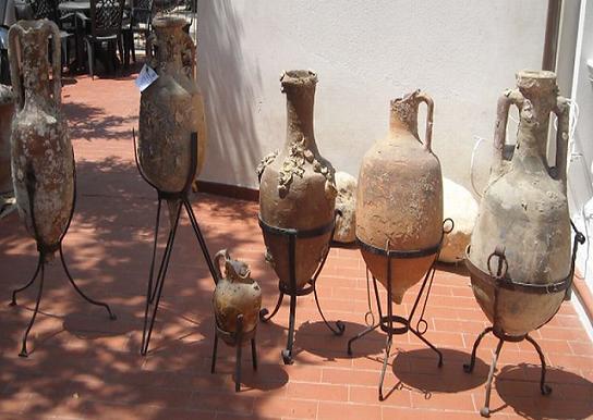 Le 6 anfore ritrovate in due appartamenti di San Benedetto