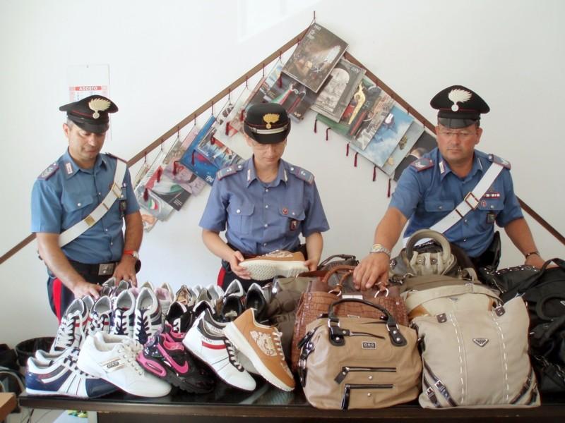 Lotta al commercio abusivo nelle spiagge sambenedettesi, i Carabinieri con la merce sequestrata
