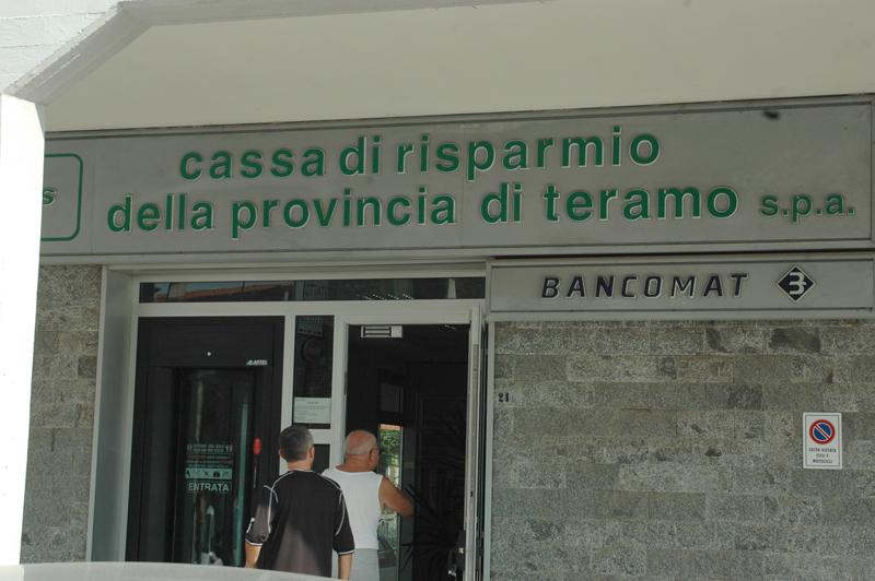 La filiale Tercas di via Ulpiani a Pagliare del Tronto, rapinata venerdì pomeriggio (foto Troiani)