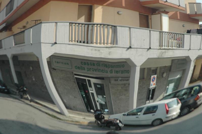 Un'immagine a grand'angolo della Tercas di via Ulpiani a Pagliare (foto Troiani)
