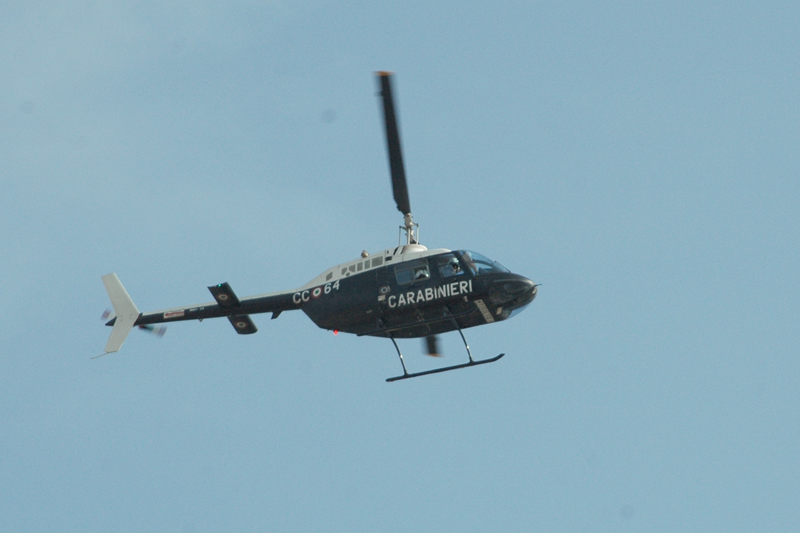 L'elicottero dei Carabinieri si alza in volo a Pagliare del Tronto dopo la rapina alla Tercas di via Ulpiani (foto Troiani)