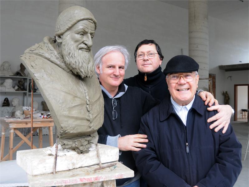 Lo scultore contemporaneo Ubaldo Ferretti con i presidenti della Corale Sisto V Ciarrocchi e Petrelli
