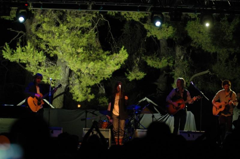 Patty Smith al centro il chitarrista Lenny Kane al basso Tony Shanahan e alla chitarra Jackson Smith (foto Troiani)