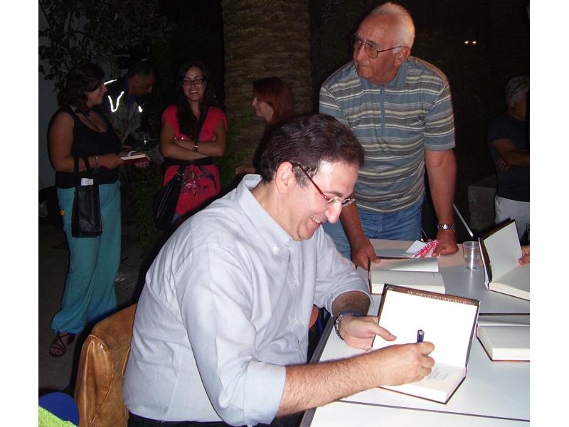 RivieraOggi - Roberto Giacobbo a conclusione della serata si intrattiene per firmare copie del suo nuovo libro