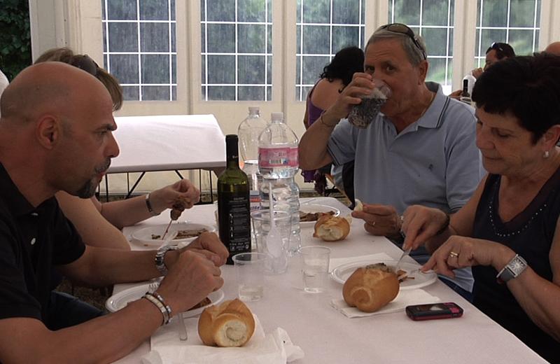 Turisti mangiando le specialità picene