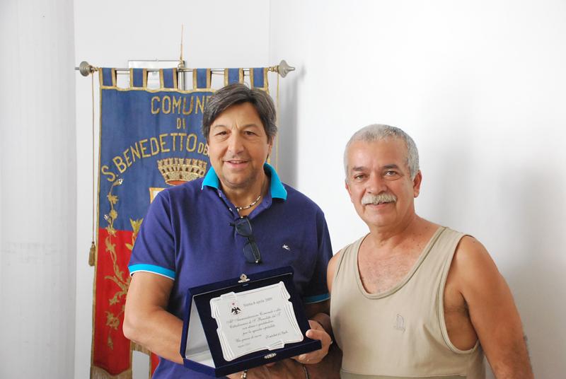 Camillo Lunari, rappresentante dei venditori ambulanti de L'Aquila ospitati a San Benedetto dopo il sisma, con Domenico Mozzoni