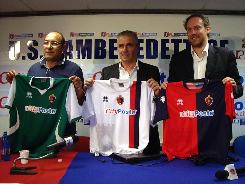Il vicepresidente Claudio Bartolomei, lo sponsor Bachisio Ledda e il vicesindaco Antimo Di Francesco con le maglie 2010/11 della Samb